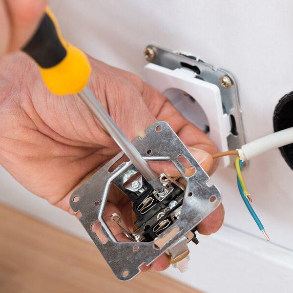 Správne zapojenie zásuvky v byte či dome iElektrikár
